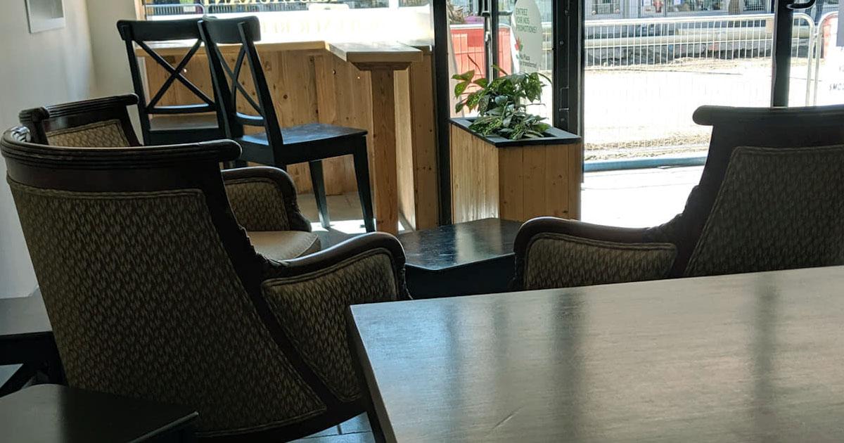 chaises vides dans un café